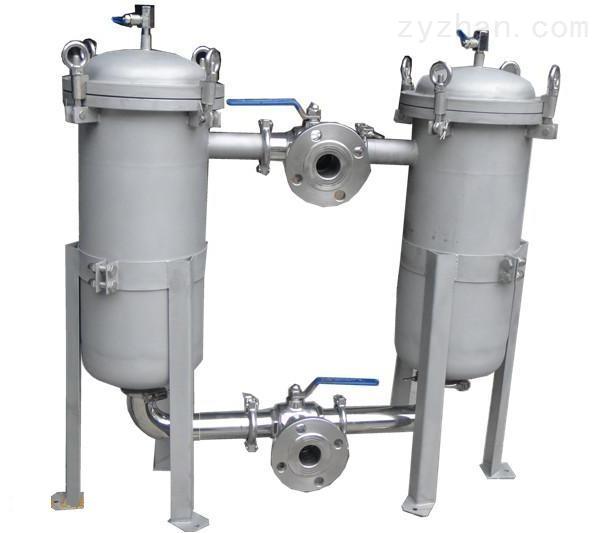 双联过滤器(双联切换过滤器)是一种由两台不锈钢袋式过滤器并联而成,具有结构新颖合理、密封性好、流通能力强、可以连续工作,操作简便等诸多优点,应用范围广泛、适应性强的多用途过滤设备。尤其是滤袋侧漏机率小,能准确地保证过滤精度,并能快捷地更换滤袋,过滤基本无物料消耗,使得操作成本降低。 结构原理: 本设备全部采用不锈钢SUS304/316L制造,内外表面抛光处理,滤筒内装有不锈钢滤网和滤网支撑篮;顶部装有放气阀,供过滤时排放滤器内空气作用。上盖与滤筒连接采用快开式结构,更方便清洗更换滤网,三只可调节式支脚可使